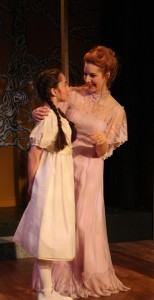 Maya Lou Hlava (Agathe Jung) and Mary-Kate Arnold (Emma Jung)