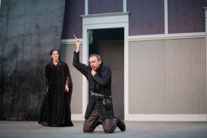 David Melville (center) as RICHARD III. Photo by Grettel Cortes